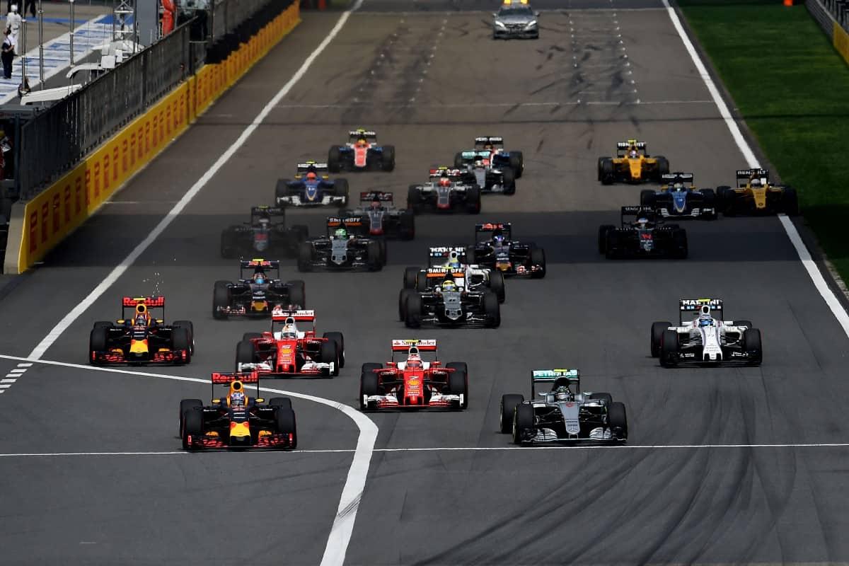Ricciardo embaixo, esc) largou bem e liderou até os pneus jogatem contra (Foto Ferrari)
