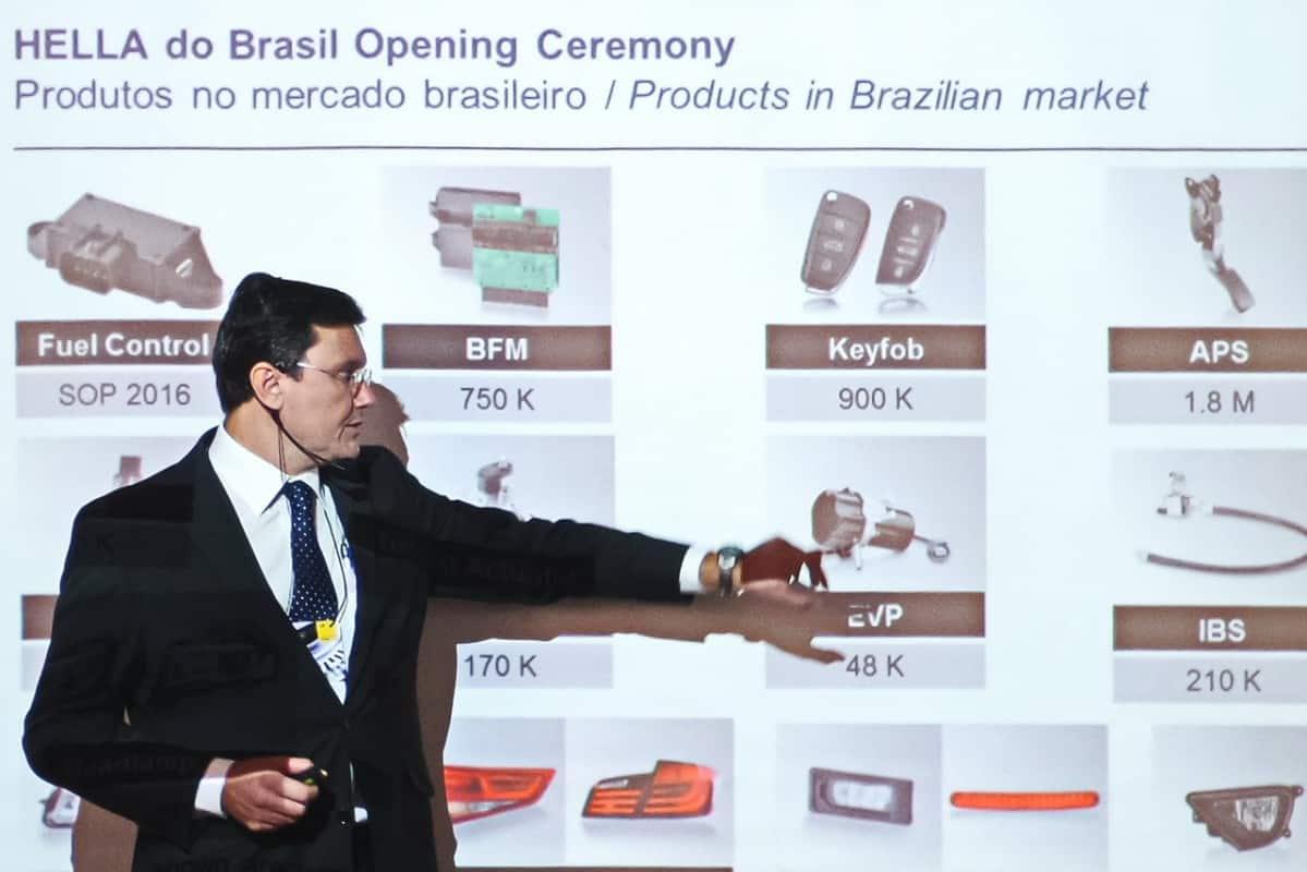 Carlos Eduardi Bertozzi, diretor geral da Hella do Brasil explica os produtos Hella  HELLA INAUGURA FÁBRICA EM INDAIATUBA Hella Bertozzi