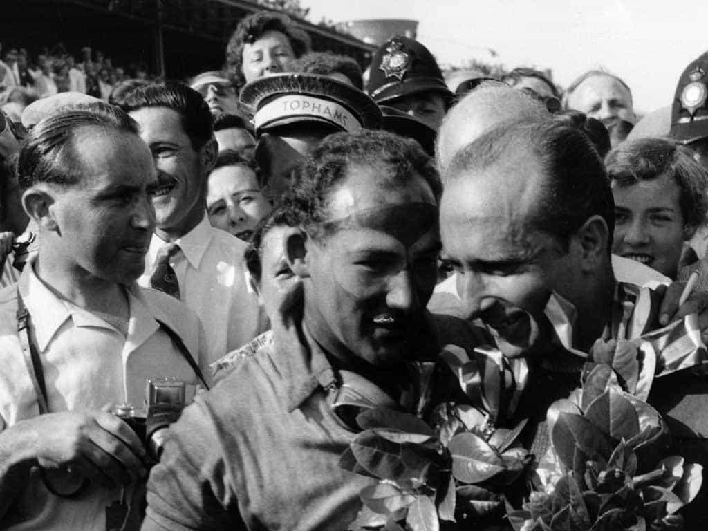 Moss e Fangio: celebração contia no GP da Inglaterra de 1955 (Foto F1 fanatics.co. uk)