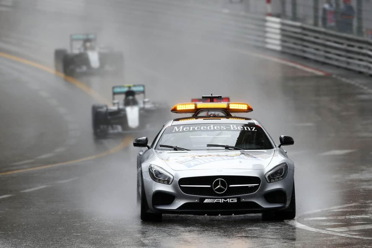 A chuva, a Mercedes e o Safety Car marcaram presença na prova vencida por Lewis Hamilton (foto Mercedes)  OS CONTRASTES DO ATLÂNTICO NORTE 20160531 F1 Monaco SafetyCar Mercedes