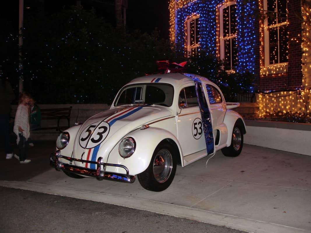 Em dezembro de 2005 o Herbie depredado pelos turistas; ao fundo, uma fachada iluminada pela Família Osborne