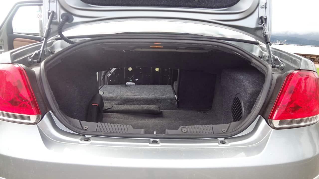 Porta-malas de 500 litros e encosto rebate  FIAT LINEA ABSOLUTE COM CÂMBIO DUALOGIC PLUS, NO USO DSC05005