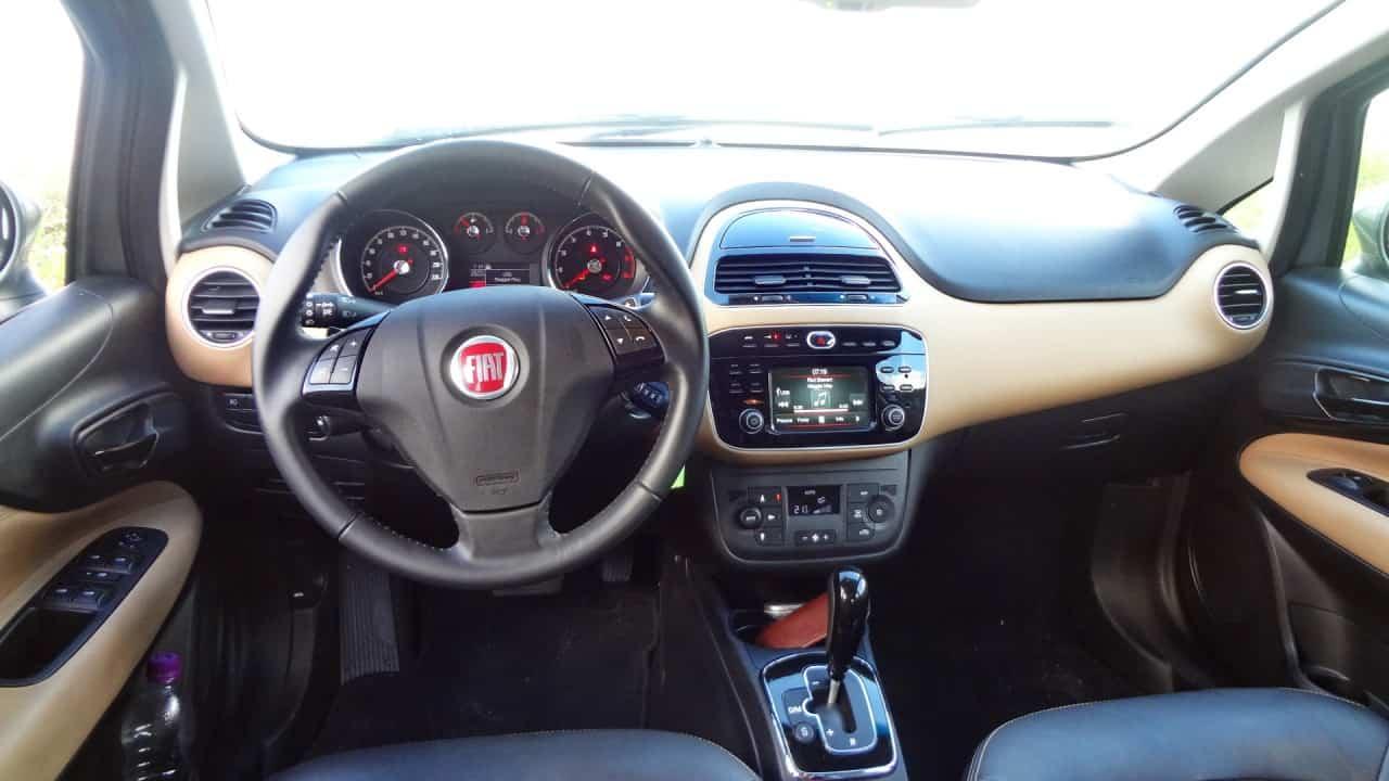 O volante poderia abaixar mais um pouco  FIAT LINEA ABSOLUTE COM CÂMBIO DUALOGIC PLUS, NO USO DSC05143