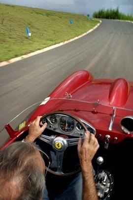 Boa posição para guiar e boa ergonomia é primordial (Foto: Car and Driver Brasil)  AS POUCO COMENTADAS SEGURANÇA E DIREÇÃO PREVENTIVAS FERRARI72Esquerda 1