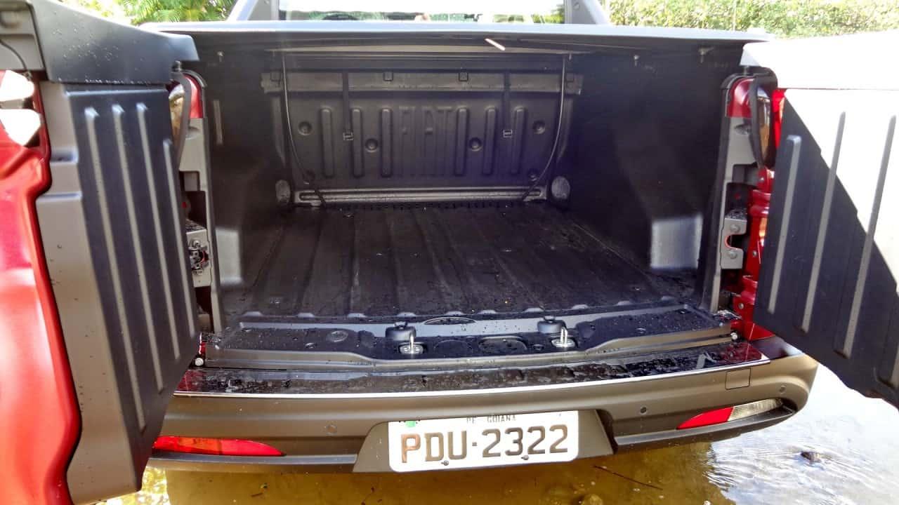 Caçamba de 820 litros. Suas medidas não foram fornecidas pela fabricante, mas mede ao redor de 1,30 m x 1,30 m  FIAT TORO FREEDOM 1,8 FLEX, NO USO (COM VÍDEO) TF6