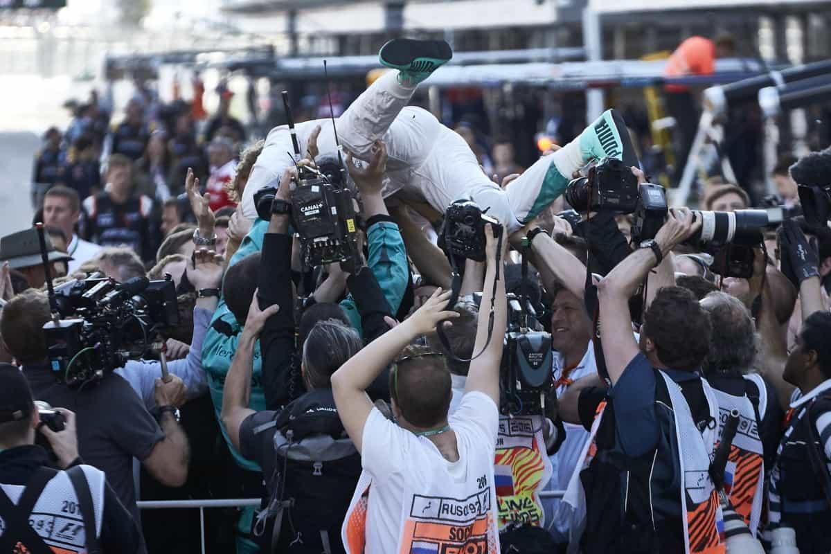 Após a quarta vitória, Rosberg ensaia correr para o abraço (Foto Mercedes)