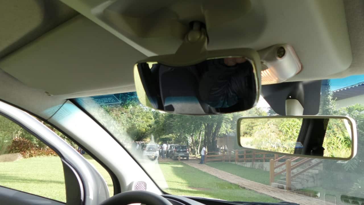 """O espelho de """"vigilância"""" de quem está no banco traseiro"""