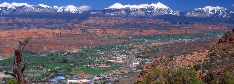 A cidade de Moab - Utah rodeada pelas montanhas e formações rochosas que fazem alegrias dos aventureiros. Foto: site www.visiteosusa.com.br