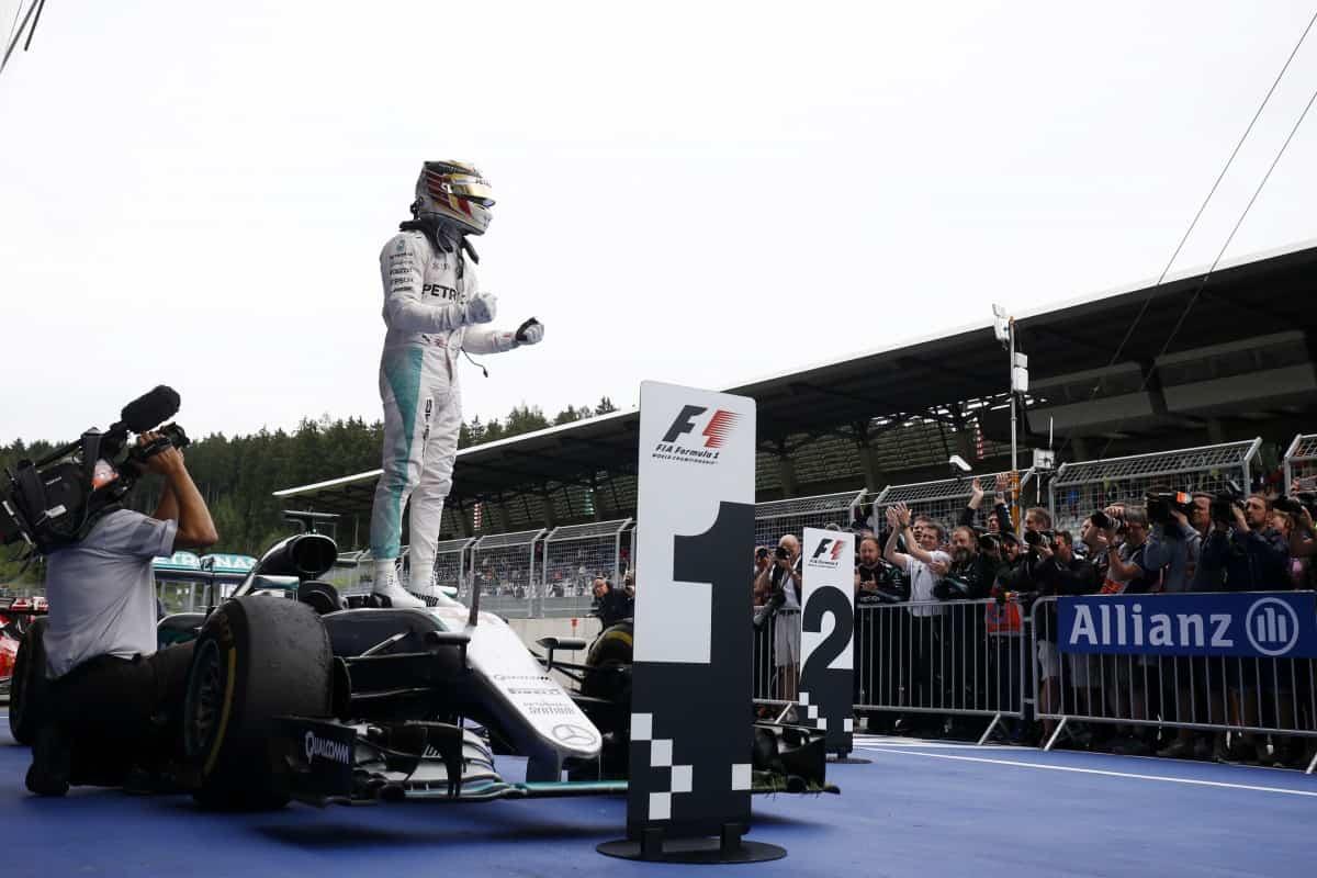 Hamilton não sucumbiu aos ataques de Rosberg e voltou aos boxes de cabeça erguida (Foto Mercedes)   ROSBERG ERRA, PONTO PARA WEHRLEIM 20160705 Coluna Hamilton Merc