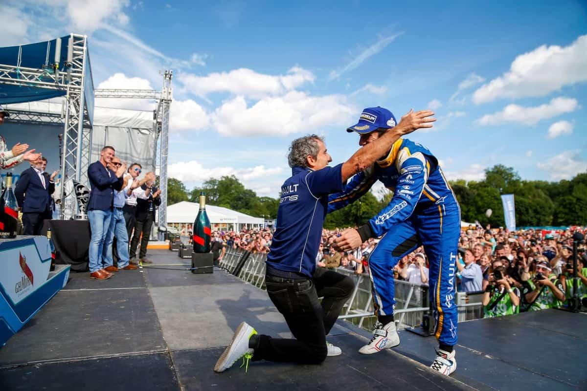 Alain Prost celebra com Sebastien Buemi a conquista dos títulos de Equipes e PIlotos na temporada 2015/2016 da F-E (Foto F-E)  ROSBERG ERRA, PONTO PARA WEHRLEIM 20160705 Coluna Prost Buemi FE