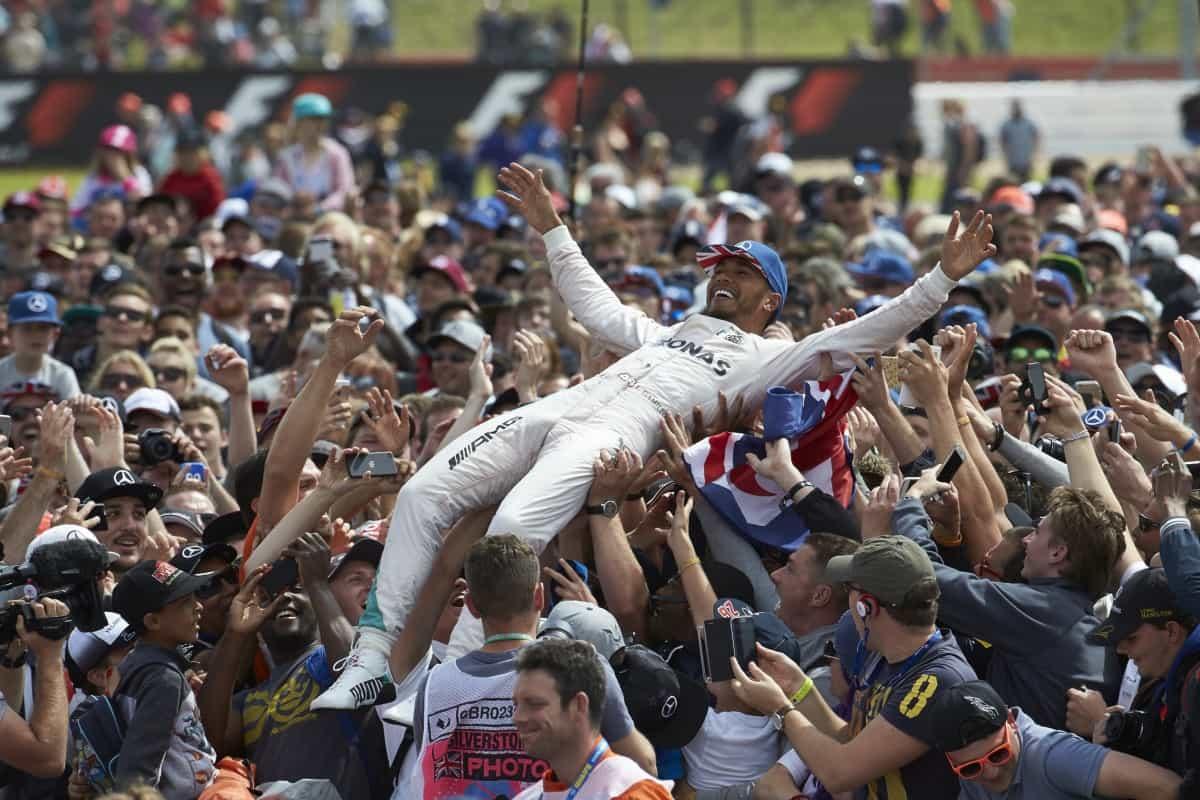 Hamilton viaja nos braços da torcida inglesa após a vitória em Silverstone (Foto Mercedes)