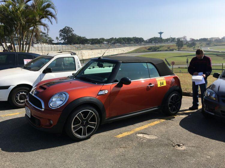 Mini Cooper passando pela vistoria da FASP (Federação de Automobilismo de São Paulo) antes do Briefing (foto: autor)