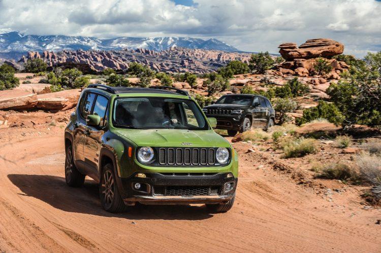 Visual da dianteira do Jeep Renegade no mercado americano. Para o mercado brasileiro a cor escolhida é semelhante a do Jeep Grand Cherokee que o segue durante o Test-Drive em Moab. Foto: divulgação