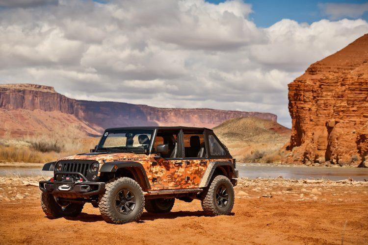 """Jeep Trailstorm - entre os protótipos, o mais parecido com uma versão comercial e mais próximo de sua base, o Jeep Wrangler. Potencializado para uso off-road intenso, agrega mais espaço para carregar equipamentos e combustível extra para sua aventura. O potencial off-road foi melhorado com a utilização de eixos Dana 44, suspensão elevada em 5cm, pneus off-road de 37"""" montados em rodas de 17"""". Visualmente, suas cores foram escolhidas para serem uma camuflagem no deserto de Moab. A força do motor à gasolina Pentastar, V-6, 3,6l e 285CV juntamente com o câmbio automático de 5 velocidades fez desse protótipo o que eu mais gostei de andar. Mais equilibrado, teve bom comportamento em on e off-road, trazendo confiança na condução, que fica muito divertida com o visual, as portas cortadas (half-doors) e todo o estilo. Foto: divulgação"""