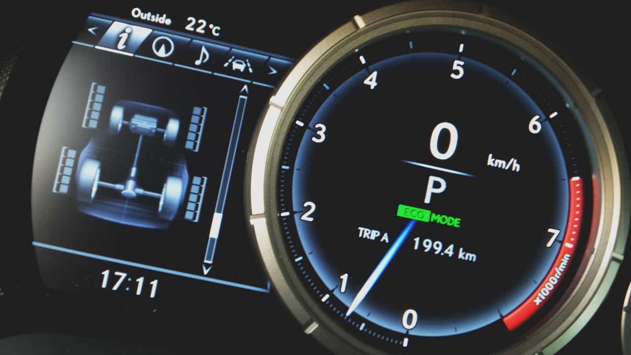 Conta-giros digital e mostrador de tração nas rodas