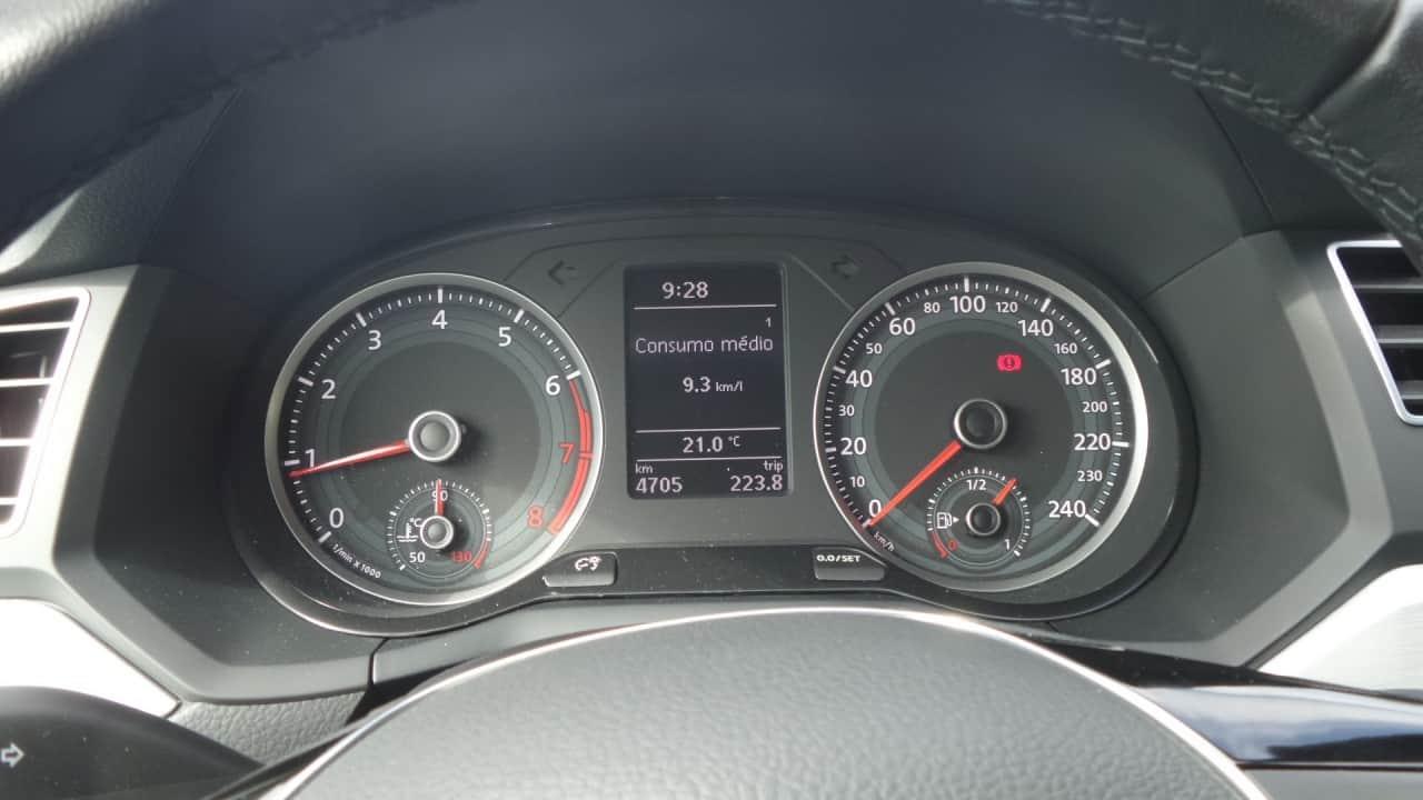 """""""Wolfsburg""""; marcação de 60 a 100 km/h continua estranha, mas a indicação digital no mostrador central supre a deficiência"""