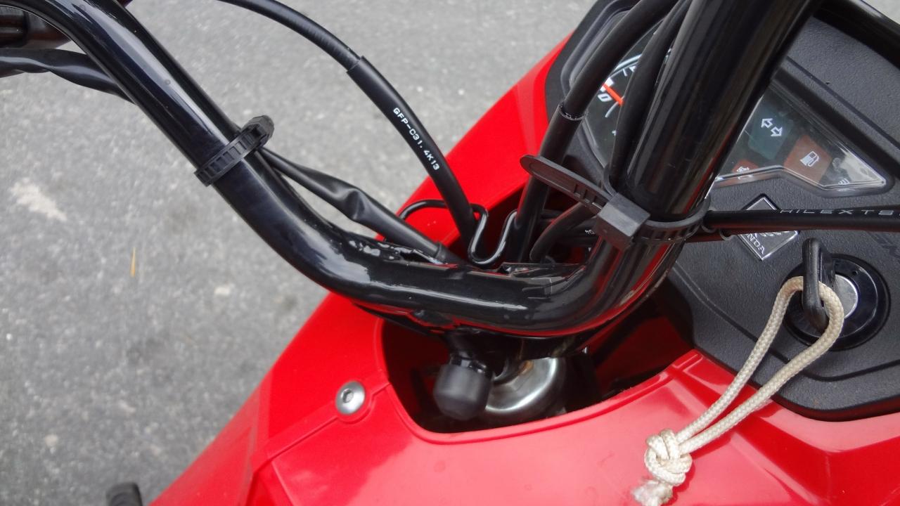Não tem regulagem da posição do guidão  DUPLA DINÂMICA: FIAT STRADA HARD WORKING E HONDA POP 110i DSC06600
