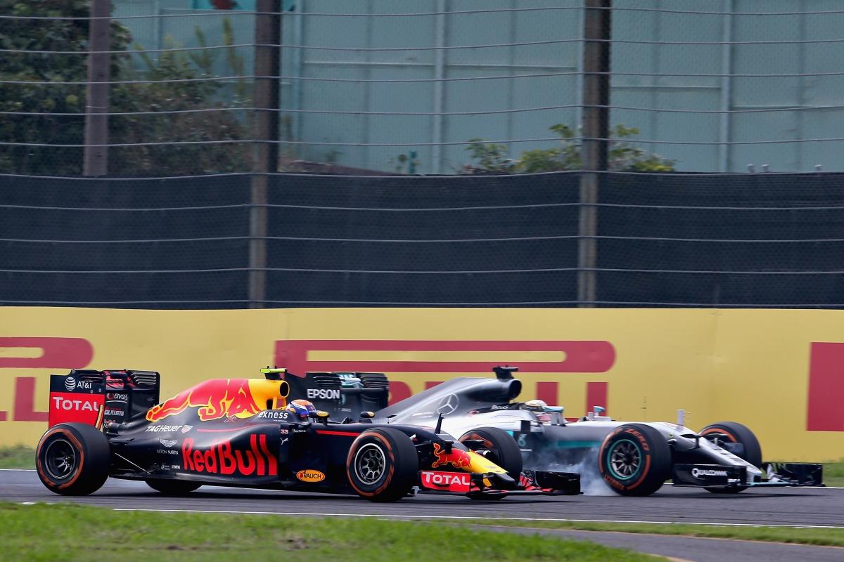 Disputa de freada entre Verstappen e Hamilton: o holandês levou a melhor (Foto Red Bull)