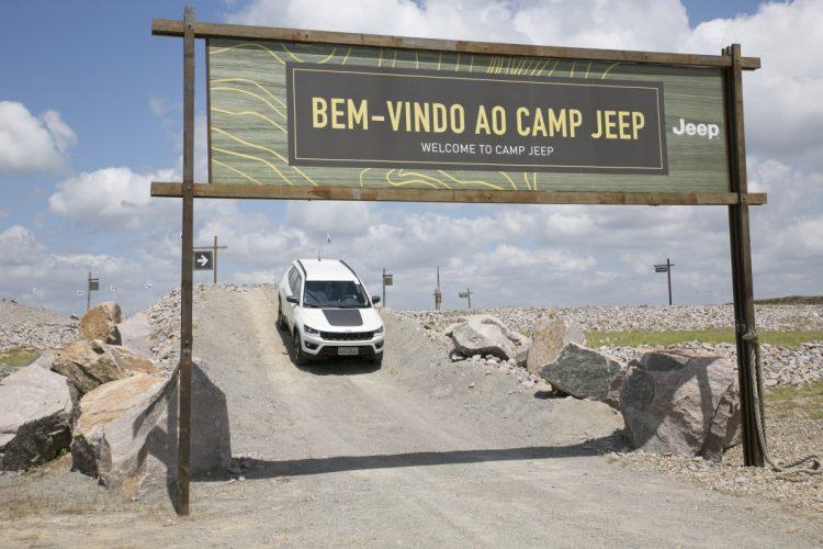 Jeep Compass Trailhawk Diesel 4x4 terminando o trajeto off-road no Camp Jeep, na fábrica de Goiana - PE (foto: divulgação)