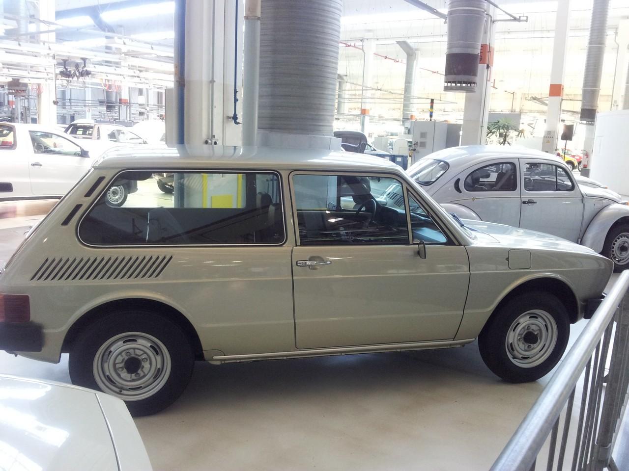 """Um VW Brasília que flagrei sendo acariciado por um fã que dizia repetidamente, """"enfim um, enfim um""""..."""