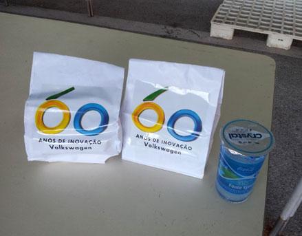 Os Kit-lanches vinham decorados com o logo dos 60 Anos e continham um sanduiche, bolo, bombom, suco de laranja etc; copos d'água eram distribuídos à vontade