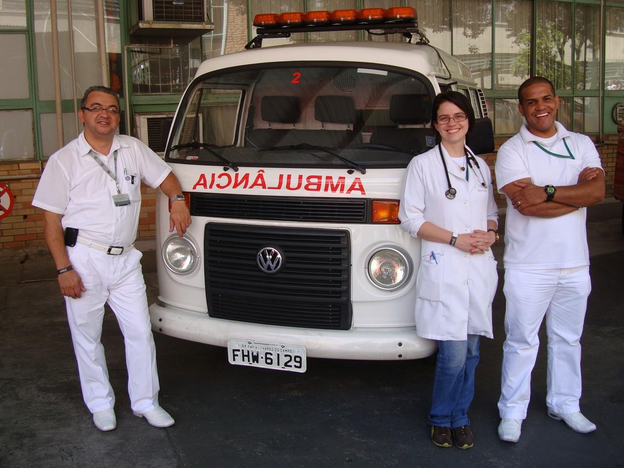 Também as ambulâncias eram Kombis e pode se notar a simpática alegria desta equipe de apoio médico