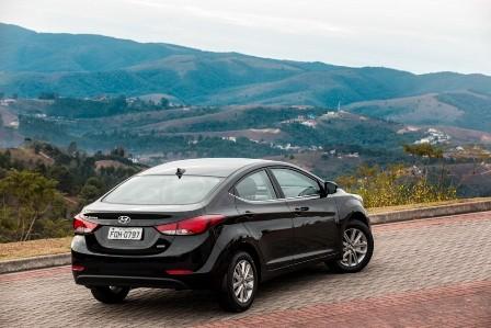 Hyundai_Elamtra preto