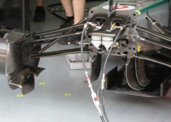 No chassi Mercedes de Nico Rosberg, os condutores de fluído da suspensão FRIC (Foto Mercedes-Benz Media)
