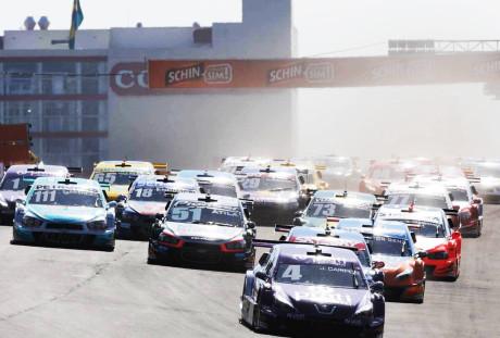 Largada da primeira corrida. Campos (4) lidera (Foto Duda Bairros)