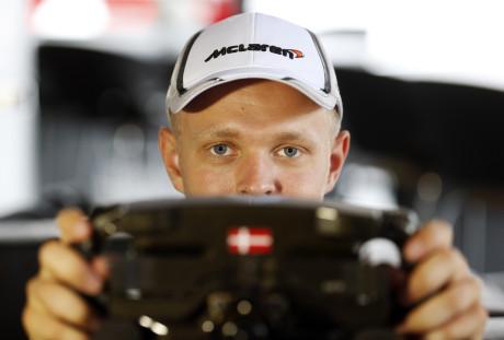 Kevin Magnussen, foi punido por ter jogado Fernando Alonso fora da pista (Foto McLaren Media Centre)