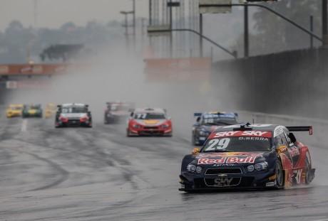 Daniel Serra aproveitou muito bem a pole position e venceu a primeira corrida (Foto Bruno Terena)
