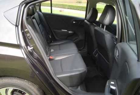 Os destaques ficam para o ótimo espaço atrás e bom acerto de suspensão.