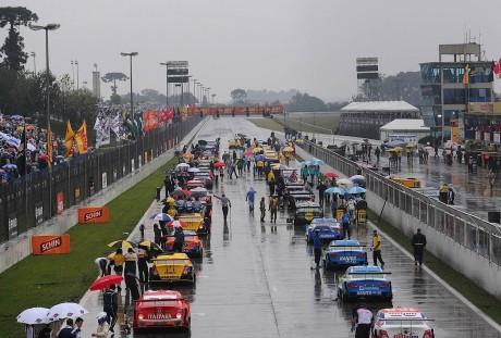 Reta do autódromo está ondulada e permite formação de poças d´água (Foto Fernanda Freixosa) concentra