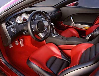 Interior em cores fortes, desenho simples e esportivo (Motor Base.com)