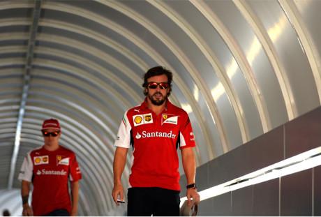 "Fernando Alonso voltou a declamar o manta ""Ferrari acima de tudo"" (Foto Ferrari Media)"