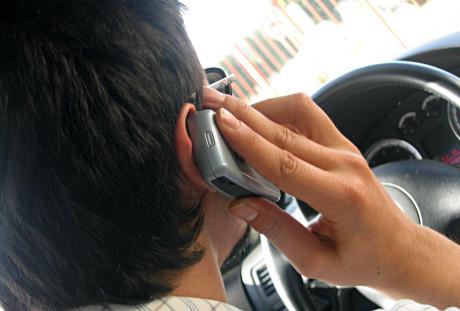 Enquanto ele conversa, outros esperam atrás (www.viverseguronotransito.com.br)