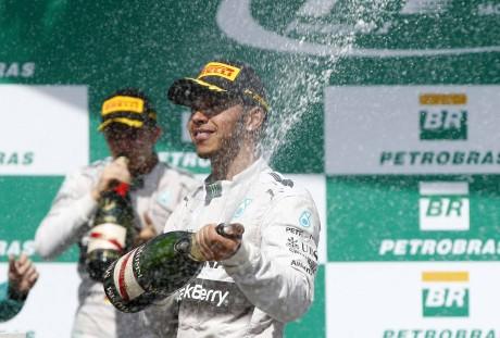 Hamilton espirra champagne e Ecclestone agita o circo (Foto Mercedes-Benz)