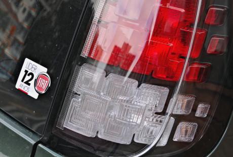 Novas lanternas traseiras, um dos elementos mais criativos do Uno. e o adesivimho para lembrar que a Fiat é uma marca de sucesso