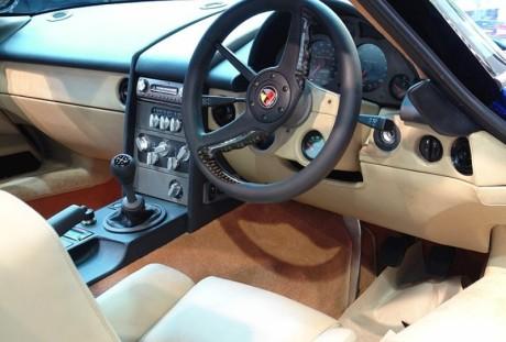 Note os instrumentos abaixo do volante (topcarrating.com)