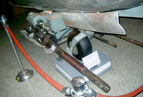 Armas baixadas pelos cabos, todo o conjunto desce e sobe facilmente (aircraft.walkaround.hobbyvista.com)