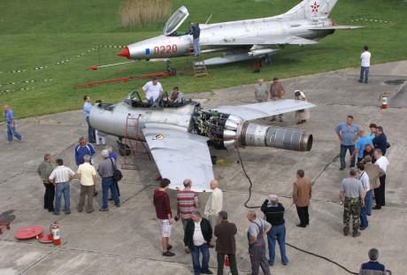 Linda foto de um MiG-15 com a cauda removida (airfighters.com)