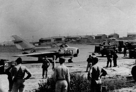 Logo após a deserção, o MiG-15 na base na Coréia do Sul (talkingproud.us)
