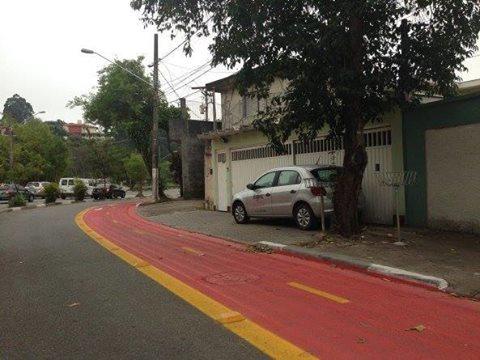 Ciclofaixa impede estacionamento