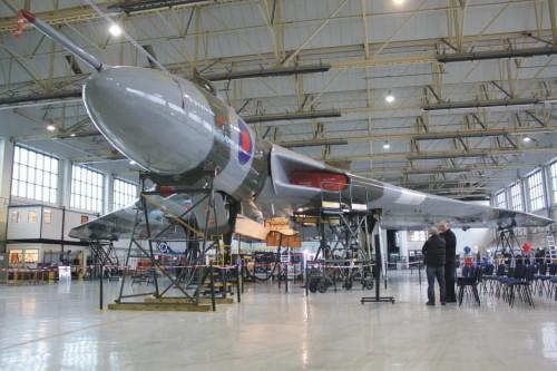 No hangar do fundo Vulcan to the Sky, manutenção constante (vulcantothesky.com)
