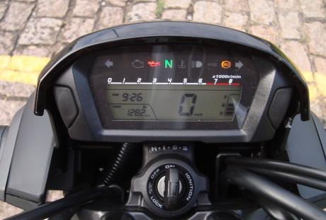 Mostrador digital com difícil visibilidade do conta-giros