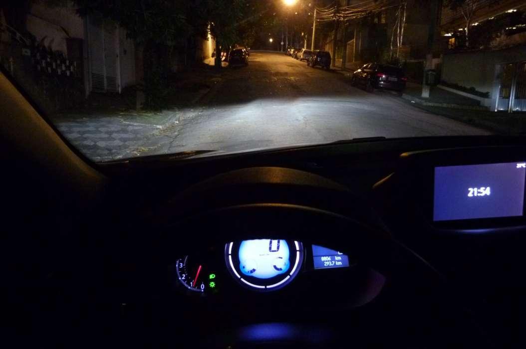 """O """"recorte""""  da luz oferecida pelos faróis de xenônio nítido. Na estrada, induz ao uso do facho alto com frequência"""