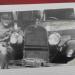 """Meu avô com seu Ford motor 3,8-litros com volante do lado """"errado"""" (fonte álbum de família Nora)"""