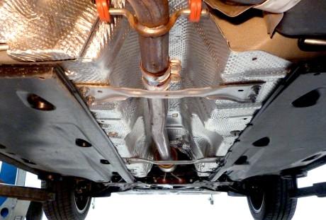 Tubo de escapamento protegido e bem isolado. Note os paineis plásticos; função aerodinâmica.
