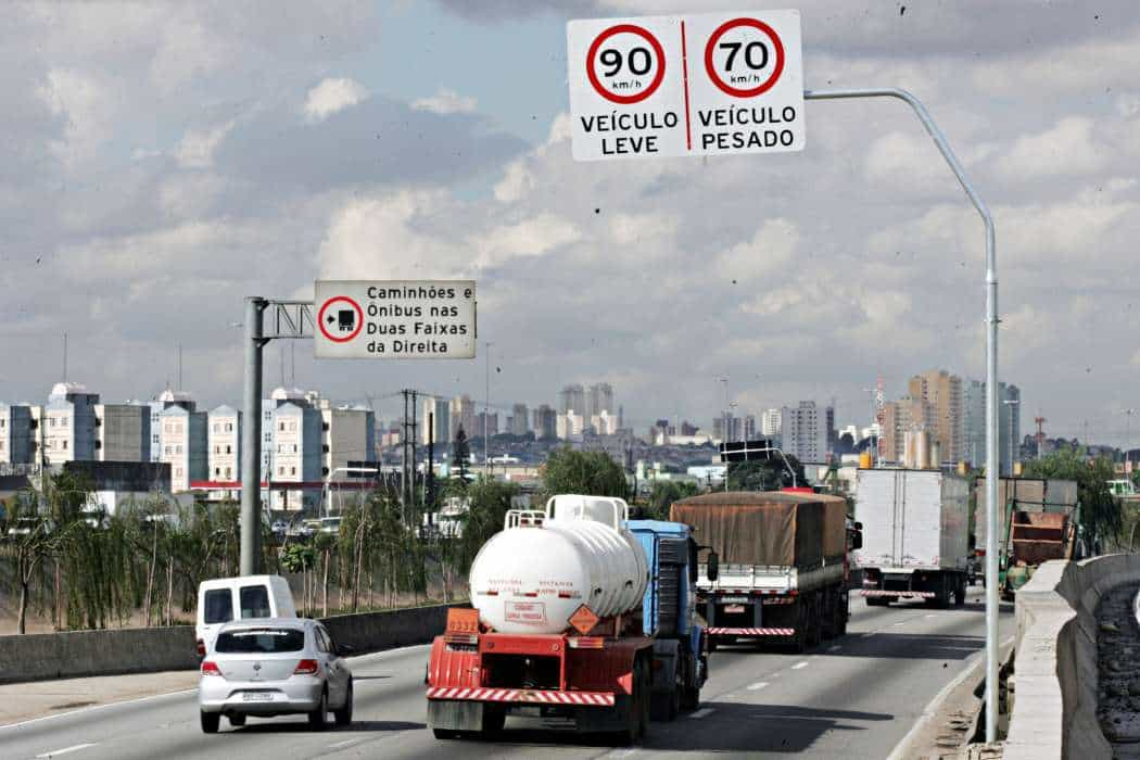 PLACA 5 SAO PAULO/SP - 10/05/2010 - NOVA / VELOCIDADE / MARGINAL / TIETE - GERAL/JT - Placa de sinalizacao de velocida na pista expressa da Marginal Tiete. FOTO: Marcio Fernandes/AE