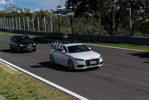 Homenageado pilotou o carro madrinha na prova de regularidade (foto Irineu Desgualdo Jr)